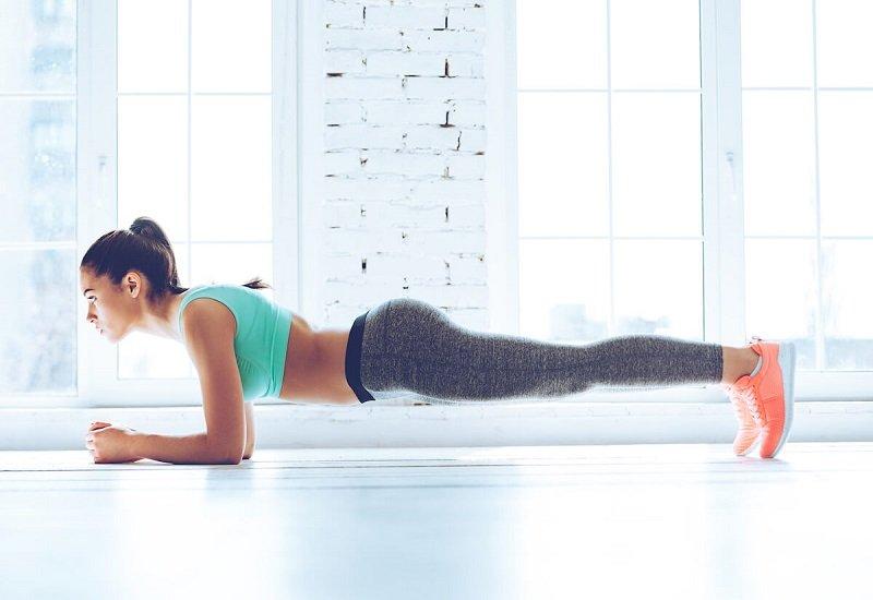 Plank per modellare il corpo in palestra, con gli esercizi a corpo libero.